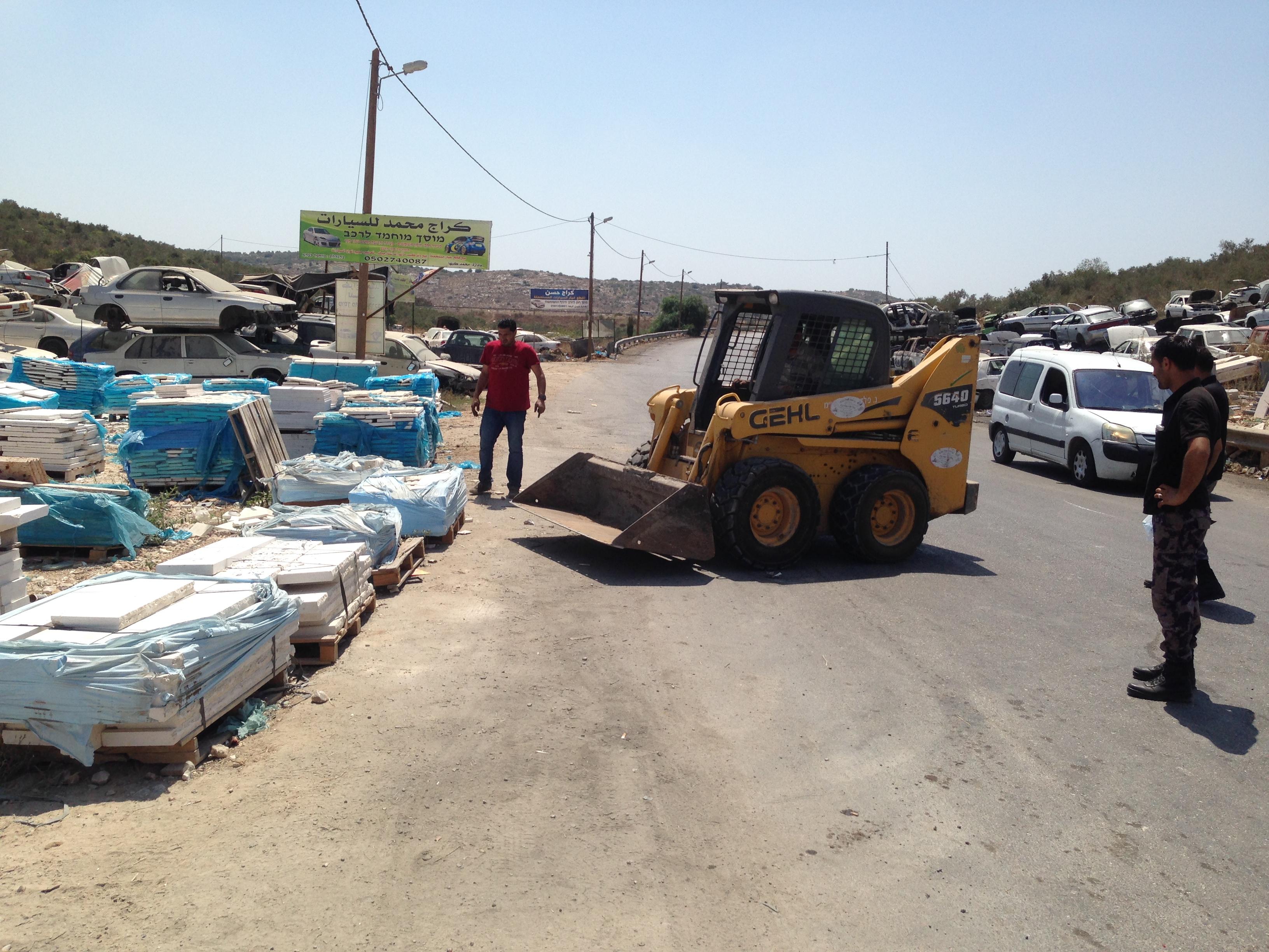 مجلس قروي برطعة والدفاع المدني برطعة بحملة تنظيف وإزالة التعديات على الشارع الرئيسي للقرية.