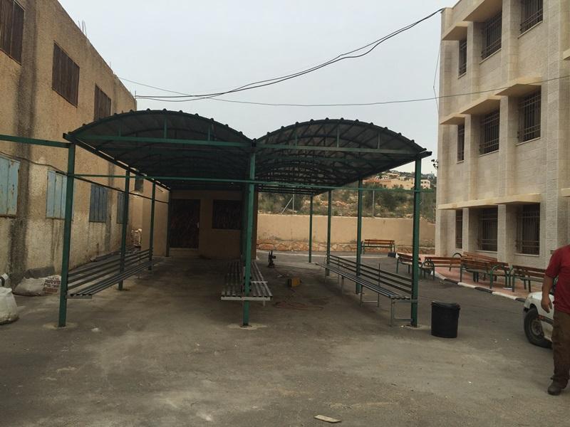 بناء مظلة وتجهيز مقاعد في ساحة مدرسة برطعة الثانوية للبنين 2015.