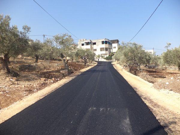 مشروع تعبيد العديد من الشوارع والدخلات ضمن مشروع طرق داخلية.
